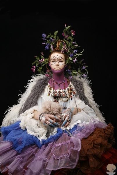 Буйство макияжа и рефлексия на тему национального костюма