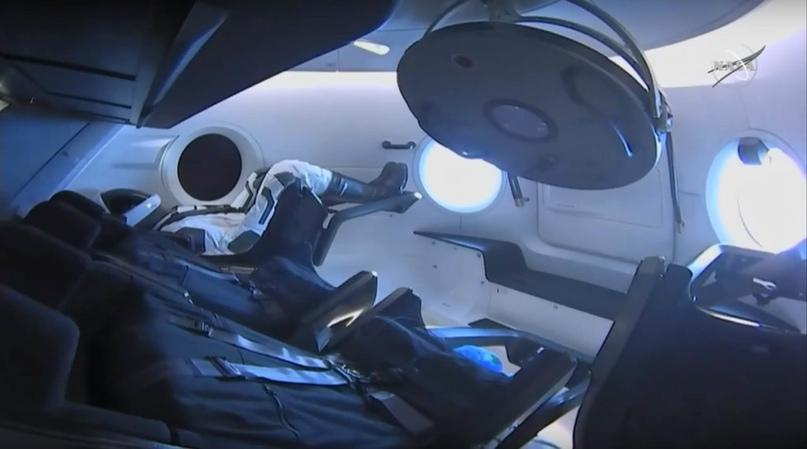Интерьер капсулы Demo-1 Рипли и Crew Dragon изображен на орбите в этом скриншоте веб-трансляции НАСА за несколько секунд до того, как астронавты космической станции ненадолго поднялись на борт капсулы. (NASA)
