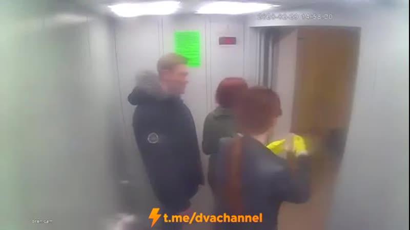 Дознаватель и работница суда оттирают лифт