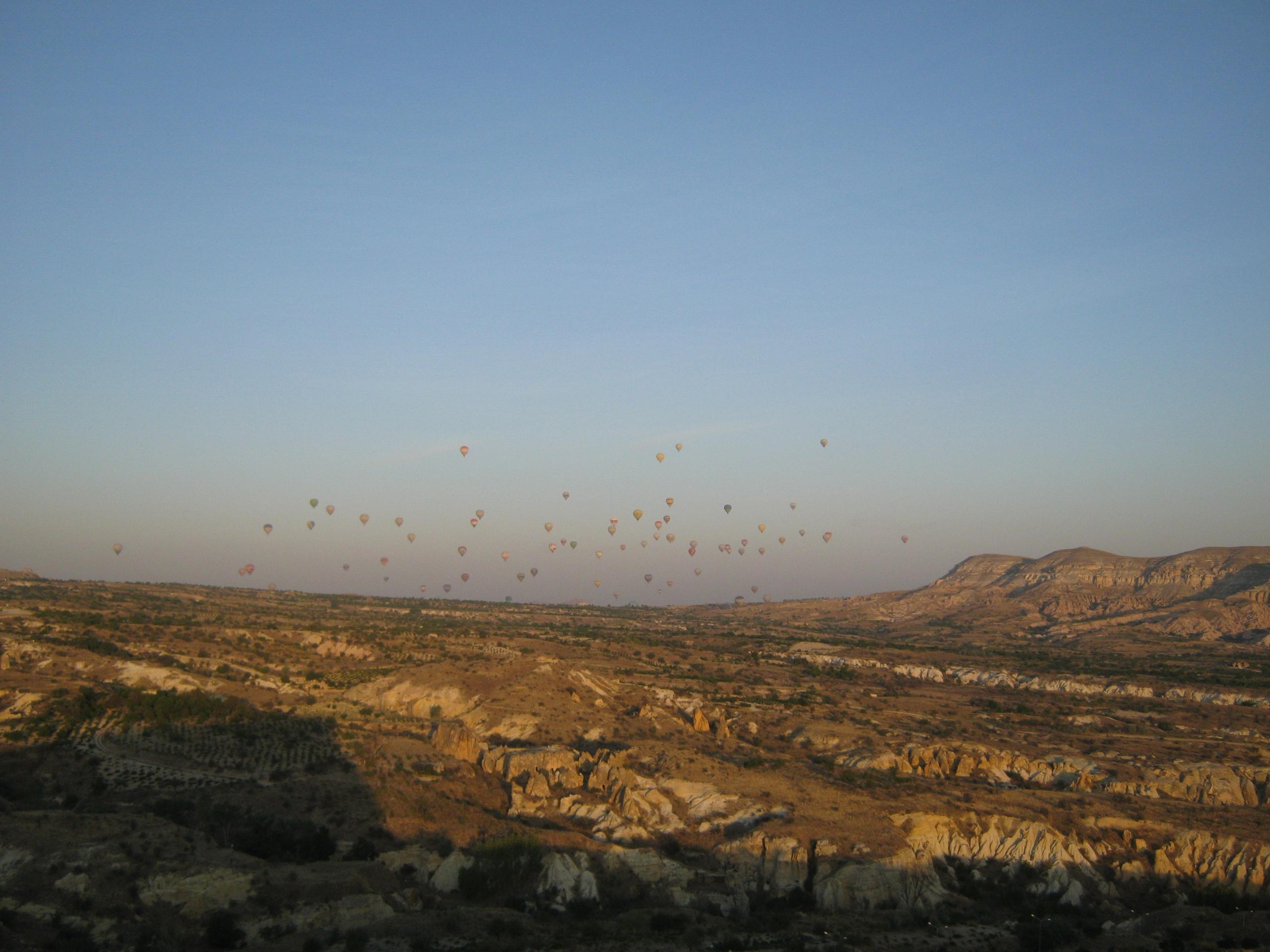 Воздухо-плавательные шарики над долинами Каппадокии