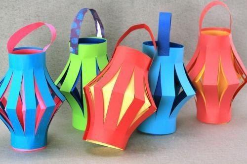 НОВОГОДНИЕ ФОНАРИКИ ИЗ БУМАГИ Для изготовления фонарика потребуется:- цветная бумага- ножницы- линейка- простой карандаш- клейВозьмите лист цветной бумаги, сложите попалам. Наметьте простым