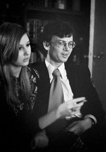 Эдуард Лимонов Эдуард Лимонов скандально известный оппозиционер и эпатажный писатель-авангардист, который регулярно гремел в российском обществе как организатор «Марша несогласных». Эдуард